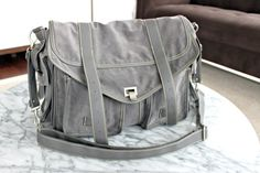 Jessica Alba's The Honest Company Diaper Bag. LOVE this diaper bag! My husband would actually carry this one around without being embarrassed! Boy Diaper Bags, Best Diaper Bag, Mom And Baby, Baby Love, Baby Kids, Honest Company Diaper Bag, Honest Diapers, Louis Vuitton Artsy, Eco Baby