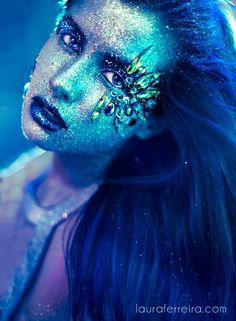 Idee Make Up: größere Glitzersteine in Augenwinkel, dunkle Lippen