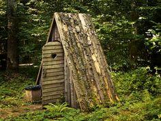 buda in curte din lemn