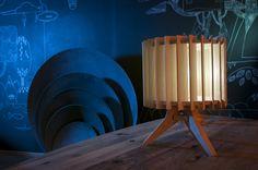 Lamp Lamel, puur eiken en mooi door zijn eenvoud. We houden van dit soort producten: een prachtig resultaat en volledig gemaakt van eerlijke materialen met uitstraling