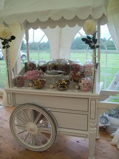 Vintage meets the Candy Man ♥ Candy Table, Candy Buffet, Dessert Table, Drink Display, Cupcake Display, Pop Display, Display Ideas, Bar Deco, Sweet Carts