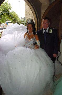 From My Big Fat Gypsy Wedding heaviest-wedding-dress crystals heavy scattered crystals Weird Wedding Dress, Tacky Wedding, Unusual Wedding Dresses, Big Wedding Dresses, Wedding Wear, Bride Dresses, Gypsy Wedding Gowns, My Big Fat Gypsy Wedding, Gipsy Wedding