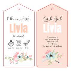 Mooi meisjes dubbel label kaartje met zachte kleuren en bloemen. Met behulp van grappige icoontjes worden de geboortegegevens vermeld. Deze unieke label kaart wordt na het drukken extra bewerkt, waardoor er twee losse labels ontstaan.