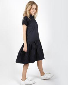 Темно-синее хлопковое платье, с короткими рукавами, рубашечным воротником, нагрудным карманом и отрезной юбкой.