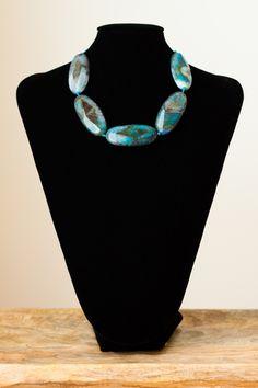 Collar con jaspe en tonos azules y marrones realizado sobre hilo y con cierre de plata.