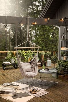 Bekijk de foto van Marington-nl met als titel Een bijzonder tuin terras met veel groene planten en boompjes en een gezellig hoekje met stoffen hangstoel, tafeltje, kleed en kussens. en andere inspirerende plaatjes op Welke.nl.