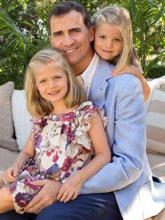 SM el Rey Felipe VI con sus hijas SAR la Princesa de Asturias Doña Leonor y SAR la Infanta Doña Sofia. (@MonarquiaEspana)   Twitter