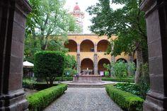 HOTEL CASA DE AVES, te informa: El Centro Cultural Ignacio Ramírez, en San Miguel de Allende, es uno de sus más destacados espacios para dar cuna a generaciones de arte y cultura. Su inmueble es un monumento histórico, donde hoy en día se presentan diversas exposiciones de arte.