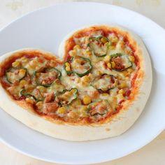 バレンタインレシピ第4弾!ハート型のピザを一緒につまみながらゆっくり過ごすのはいかがでしょう♪ - 167件のもぐもぐ - 簡単手作り!ハートのピザ by カゴメトマトケチャップ