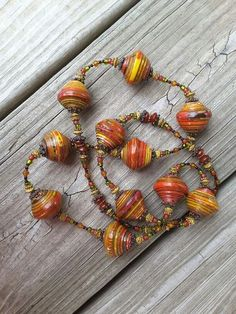 Paper Bead Necklace More Mais Paper Beads Tutorial, Make Paper Beads, Paper Bead Jewelry, Fabric Jewelry, How To Make Beads, Jewelry Crafts, Jewelry Art, Beaded Jewelry, Beaded Necklace