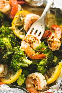 Easy and healthy lemon herb shrimp and broccoli foil packs have fantastic, fresh flavors and are a breeze to whip up in less than 30 minutes. | lecremedelacrumb.com