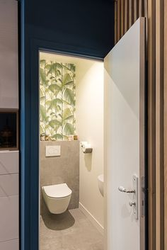 Papier peint vert exotique Palm Jungle - Cole and Son - Tropical Decorating Small Toilet Decor, Small Toilet Room, Guest Toilet, Downstairs Toilet, Brown Small Bathrooms, Small Bathroom Mirrors, Rustic Bathroom Vanities, Simple Bathroom, Tropical Toilets