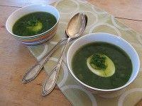 Recept Brandnetelsoep. Brandnetels zitten vol met caroteen, vitamine C, en ijzer.  Brandnetelsoep is heel goed voor de spijsvertering en is bloedzuiverend.  En het is een heerlijke soep.