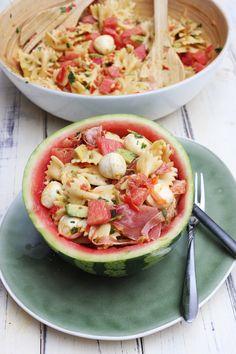 Mein Melonen-Avocado-Mozzarella-Serrano-Nudelsalat, ist voller Geschmack und der perfekte Salat f�r diesen Sommer. Er wird mit Avocado, Wassermelone, Mini-Mozzarella, Staudensellerie, Paprika, Serrano-Schinken und Nudeln hergestellt! Zweifellos ist es unser Lieblings-Nudelsalat f�r den Sommer. Super lecker, erfrischend und einfach gemacht. Ideal  als Beilage zum Grillen und auch f�r Meal Prep an hei�en Sommertagen ist dieser Salat super. #salatrezept #salatezumgrillen #salat #salate #gesund