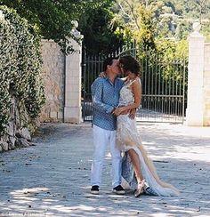 """Ông trùm dầu khí và cô vợ xinh đẹp kém 37 tuổi với cuộc hôn nhân khiến vạn người ước ao   Tháng 7 vừa qua người đứng đầu văn phòng đại diện tại Singapore của công ty dầu mỏ Lukoil thuộc Nga Valentin Romanov đã tổ chức hôn lễ vớisiêu mẫu Elizaveta Adamenko (Liza) tại Chateau Saint-Jeannet - một lâu đài nổi tiếng và cũng là một địa điểm tổ chức đám cưới hạng sang nằm gần ngôi làng xinh đẹp bên dòng sông Vence của Pháp. Năm nay Valentin 55 tuổi còn Liza vừa tròn 18. Cuộc hôn nhân của cặp """"chân…"""