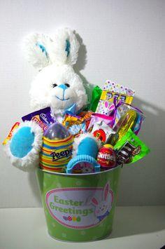 Petits paniers cadeaux de pques remplient de bonbons et oeufs easter basket negle Choice Image