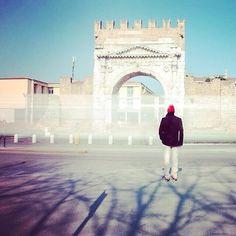 #Rimini Arco di Augusto, un uomo sta di fronte alla sede di una redazione. Palazzo anni '60 nulla di che! #LetteraTER pic.twitter.com/I8MHzJ5DXD