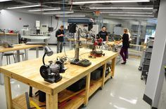Los FabLabs son pequeños centros de producción para prácticamente cualquier cosa. Pequeñas fábricas controladas por computadoras, en espacios pequeños a menudo de uso personal o bien entre pequeños colectivos de creadores independientes.