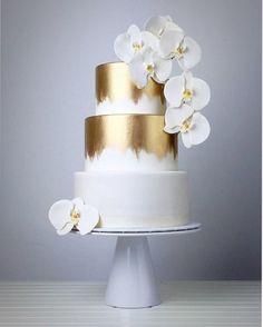 White and gold wedding cake - Hochzeitstorte - Wedding Cakes Pretty Cakes, Beautiful Cakes, White And Gold Wedding Cake, Metallic Cake, Bolo Cake, Wedding Cake Inspiration, Wedding Ideas, Trendy Wedding, Elegant Wedding