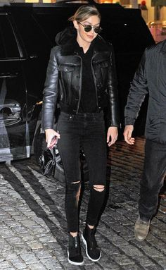 Gigi Hadid in a black sherpa leather jacket, ripped jeans and sneakers - click through for more celebrity outfit ideas! Celebrity Outfits, Trendy Outfits, Celebrity Style, Cool Outfits, Sport Outfits, Gigi Hadid Skinny, Diy Ripped Jeans, Skinny Jeans, Black Jeans Outfit