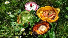 #59 Karine Belgique  La fleur dessert est une tarte au pomme dont le biscuit est à l'amande, mâcha et fleur de rose le tout entouré de quartiers d'oranges. A coté se trouve le plat qui est une fleur au poulet, jambon d'Ardenne et chips maison de patate douce (la mâche sert de décor ).  Enfin l'entrée est faite d'une fleur de crudité et d'une fleur de radis avec une sauce au fromage blanc de chèvre, ciboulette et petits dés de radis décoré d'un pic fraise pour tremper les légumes dans la…