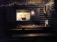 Restauracja Chłopskie Jadło znajduje się 3 minuty drogi od Wawelu przy ul.  Św.Agnieszki 1, uderza w nas interesujący i oryginalny wystrój wnętrza, w  którym wciąż żywa wydaje się dawna Polska i jej obyczaje.    Nasza restauracja  to rodzaj skansenu, w którym autentyczne wnętrza chłopskich izb z pięknymi  starymi piecami, kominkami, drewnianymi ławami i łóżkami przenoszą Gości w  świat bogatego chłopstwa polskiego. Autentyczne sprzęty i ozdoby tworzą  niezwykle domową z zarazem tajemniczą...