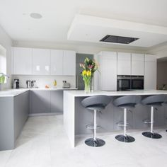Grey Kitchens: 10 Stunning Ideas that Suit your Kitchen - 30 Best Grey Kitchen Ideas For A Cool, Chic Space – Keep Decor - Grey Gloss Kitchen, Grey Kitchen Floor, Modern Grey Kitchen, Grey Kitchen Designs, Gray And White Kitchen, Luxury Kitchen Design, Grey Kitchen Cabinets, Grey Kitchens, Interior Design Kitchen
