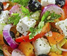 A very yummy recipe for Greek salad with a great salad dressing. Greek Salad Recipe from Grandmothers Kitchen. Top Healthy Foods, Healthy Salads, Healthy Eating, Healthy Recipes, Salat Sandwich, Quinoa Benefits, Greek Salad Recipes, Eat This, Food Trends