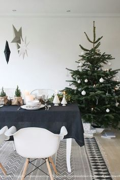 14 a modern Scandi Christmas tree with white ornaments - stars, snowflakes and balls and some lights - DigsDigs Scandinavian Christmas Decorations, Scandi Christmas, Christmas Interiors, Noel Christmas, Modern Christmas, Beautiful Christmas, Christmas Tree Decorations, Holiday Decor, Minimalist Christmas