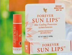 Forever Sun Lip aiuta a ripristinare la barriera naturale delle tue labbra. Straordinaria efficacia contro pelle screpolata e secca! Contiene ingredienti lenitivi per proteggere le labbra dagli effetti dannosi del vento e del freddo, calma il rossore, ripristina i tessuti irritati. • SPF30 • ampio spettro - UVA & UVB Protezione • idratante Jojoba Olio di semi e lenitivo Aloe Vera • dona una sensazione di freschezza immediata!