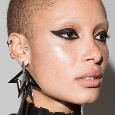 Adwoa Aboah with cat eye at Versus Versace Spring Best Waterproof Makeup, Waterproof Makeup Remover, Maquillage Cut Crease, Cut Crease Makeup, Versus Versace, Dark Lips, Dark Skin, Makeup Geek, Eye Makeup