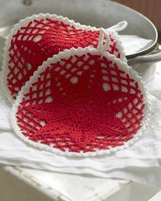 De smukke grydelapper har en rød stjerne som det ene af to sammenhæklede lag