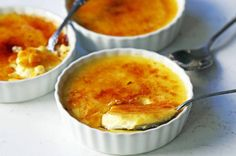 Howto make the best creme brulee. A creamy, silky vanilla custard topped with crisp sugar crust is one of the most popular desserts at restaurants for good reason. Flourless Chocolate Brownies, Crispy Chocolate Chip Cookies, Skillet Chocolate Chip Cookie, Skillet Cookie, Thermomix Desserts, Ww Desserts, Dessert Recipes, Best Creme Brulee Recipe, Baked Caprese Chicken