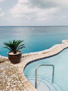 LAGUN, CURAÇAO. Curaçaolla kiirettä ei ole. Ei edes sen käsitettä, koska aikaa ei ole, eikä määränpäätä. Kiirein meininki lienee autoa pakoon pinkovilla iguanoilla. Us Travel, Concrete, Stone, Plants, Blog, Rock, Stones, Blogging, Plant