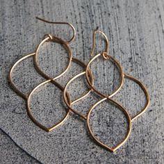 Superbes boucles d'oreilles en métal doré, finition or rose satiné par Claire de Divonne, bijou made in France.