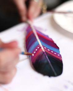 Met een toffe #DIY zoals deze #veren #verven kun jij zo een zondagmiddag mee vullen!