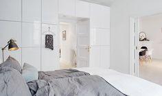 9. Täck en hel vägg med skåp – både snyggt och användbart.