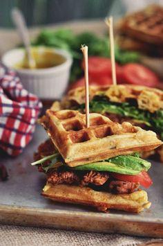 Waffle burger poulet et salade On garnit la pâte à gaufre de bacon grille et haché, de cheddar râpé, et d'oignon nouveau émincé. Une fois les gaufres cuites, on commence le montage en y ajoutant du poulet épicé émincé...