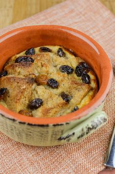 Slimming Eats Low Syn Bread and Butter Pudding - vegetarian, Slimming World and Weight Watchers friendly Slimming World Quiche, Slimming World Puddings, Slimming World Cake, Slimming World Desserts, Slimming World Recipes Syn Free, Budget Desserts, Baking Desserts, Dessert Recipes, Sliming World