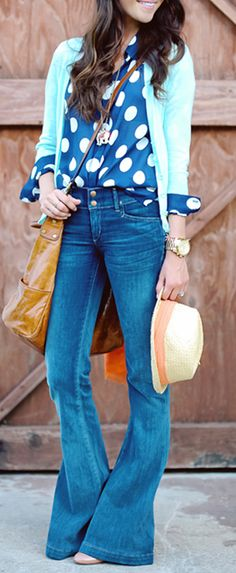 Cute way to wear flared jeans bluse bunt cardigan türkis