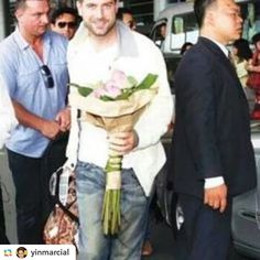 Ooh what would you do if Séb was heading your way with a bouquet of flowers? Thanks for sharing @yinmarcial #sebsoloalbum #sebdivo #sifcofficial #ildivofansforcharity #sebastien #izambard #sebastienizambard #ildivo #ildivoofficial #ildivoamorypasion #sebontour #ildivotour #singer #band #musician #music #concert #composer #producer #artist #french #handsome #france #instamusic #amazingmusic #amazingvoice #greatvoice #tenor