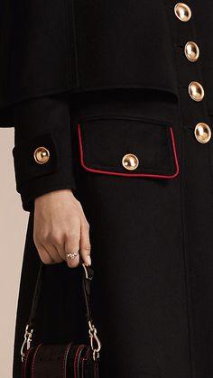 Nero Cappotto a mantella in lana e cashmere con dettagli militari  - burberry Burberry 043fb2d1734