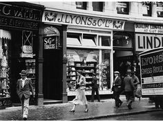 Lyons tea shop along Piccadilly, London, © General Photographic Agency / Hulton Archive / Getty Images London History, British History, Local History, Family History, Vintage London, Old London, London View, London Pubs, Old Photos