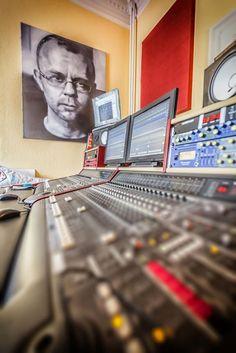 Der Künstler Stefan Kaluza hat ihm dieses Proträt geschenkt. Eine Zeitlang ist Peter für Auftritte bei dem Maler mit einem Bild bezahlt worden. #homestory #homestoryde #home #interior #design #inspiring #creative #porno al forno #peter #musiker #fotograf #altbau #gitarren