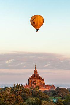 Todo nascer ou pôr do sol é um espetáculo, mas em Bagan – Myanmar eles têm um gostinho especial. Ver o astro-rei chegando ou se despedindo de mais um dia, em meio aos milhares de templos budistas espalhados pelo lugar, é uma emoção indescritível! Nesses horários a cidade consegue ficar ainda mais linda, com os balões sobrevoando a paisagem repleta de pagodas.