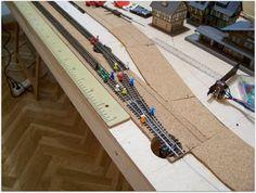 A continuación, procedemos a la colocación de la cama de corcho sobre la que instalamos la vía, sujetándola mediante cola de contacto.
