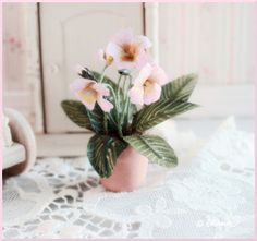 Nukkekoti Väinölä : Soilikin Help - how to make this pretty pink plant Dollhouse Miniature Tutorials, Diy Dollhouse, Miniature Dolls, Dollhouse Furniture, Miniature Plants, Miniature Fairy Gardens, Clay Flowers, Paper Flowers, Minis