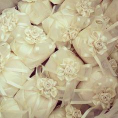 O bem casados é muito esperado pelos convidados, e por isso, além de super gostoso, precisa estar lindo! Veja 27 modelos de embalagens e escolha a sua!