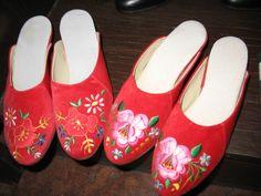 Kalocsai és szegedi papucs Chain Stitch Embroidery, Learn Embroidery, Embroidery Patterns, Hand Embroidery, Hungarian Dance, Stitch Head, Vintage Jewelry Crafts, Hungarian Embroidery, Embroidery Techniques