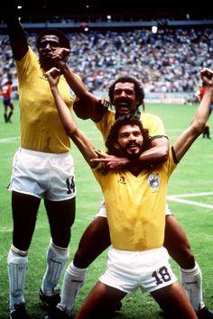 Sócrates comemora seu gol contra a Espanha na Copa do Mundo de 1986, junto com Júnior e Júlio César! Foi o gol que decidiu a partida, vencida pela Seleção Brasileira por 1x0!